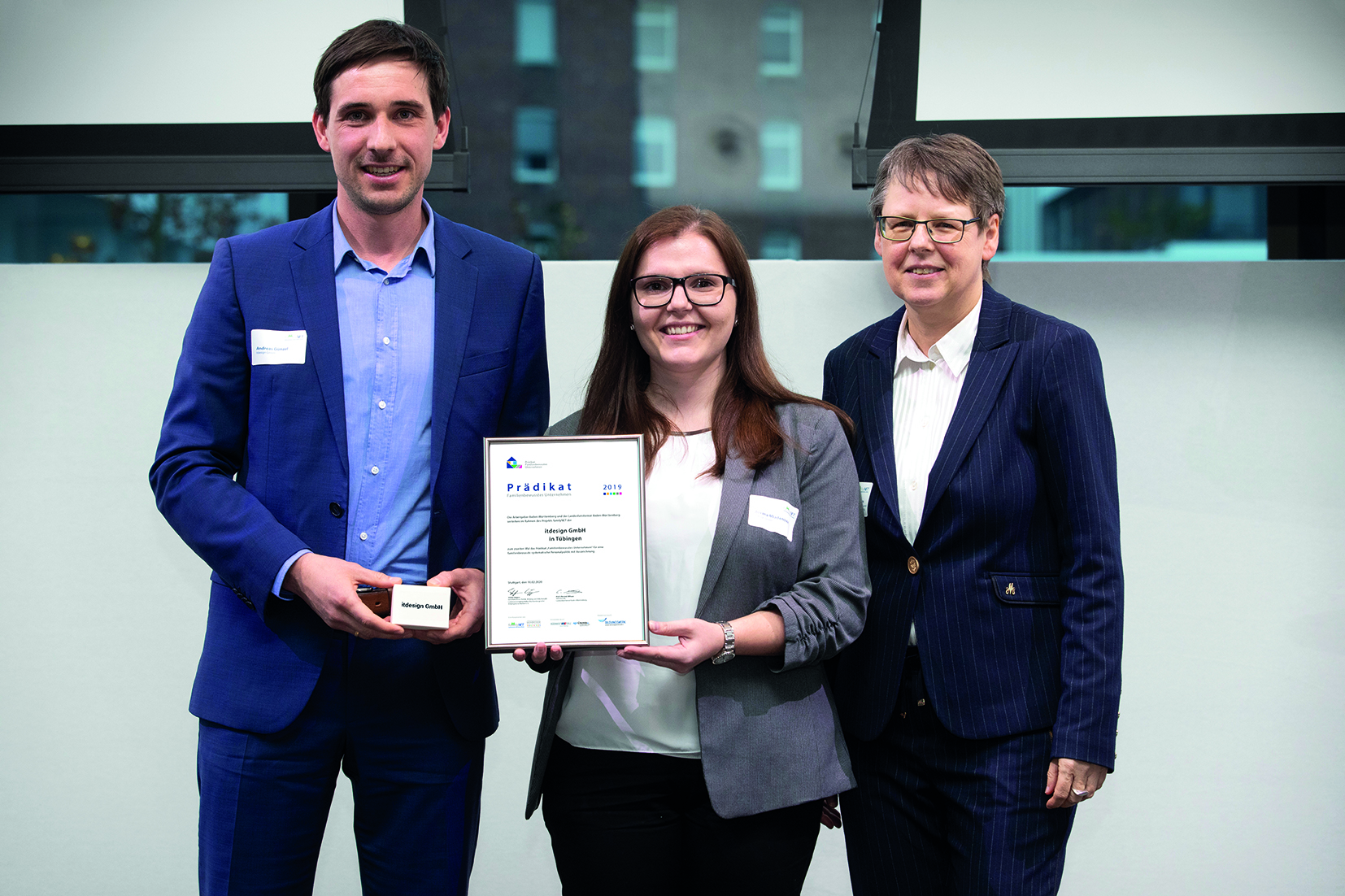 """Andreas Günzel und Jovana Mladenovic nehmen die Auszeichnung """"Familienbewusstes Unternehmen"""" entgegen."""